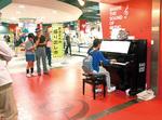 マリナード地下街にあるピアノ