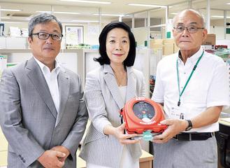 萩原会長(中央)、小島前会長(左)から前田理事長へ寄贈