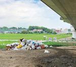 河川敷に残されたゴミ