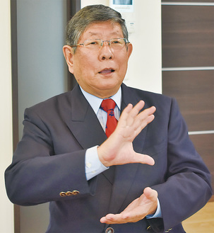 ブレーメン通り商店街について語る伊藤理事長