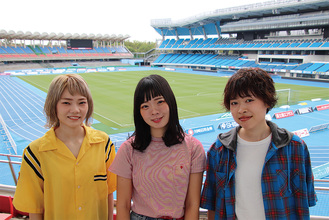 等々力陸上競技場で(右から)吉川美冴貴さん、宮崎朝子さん、松岡彩さん