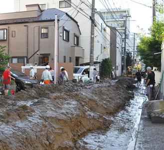 汚泥の処理作業にあたる山王町の住民ら(13日撮影)