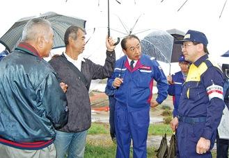 状況を確認する御法川副大臣(左から3人目)