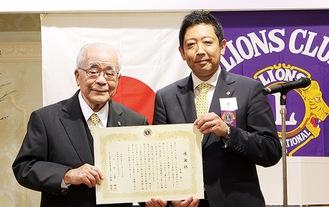 感謝状を手にする中田さん(左)と原会長
