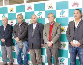 4町会の会長と河合さん(右)