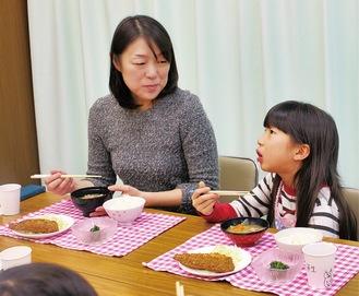 子どもが作った夕食を食べる親子
