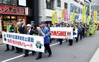 パレードをする参加者