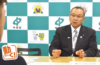 インタビューに答える永山区長