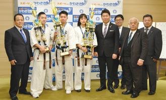 表敬訪問した(左2番目から)吉澤さん、飯野さん、目代さん