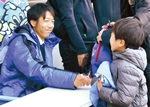 サイン会で子どもと握手する中村選手