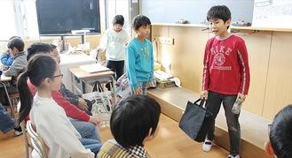 演劇をリハーサルする児童