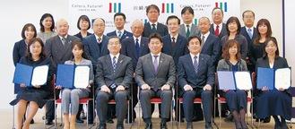 福田市長(前列中央)と記念撮影に納まる認証企業の代表者たち