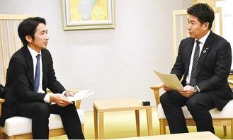 市長に要望書を渡す安藤理事長(左)