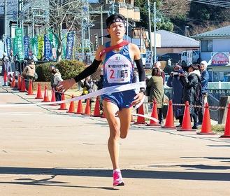 ゴールする7区・瀬尾選手