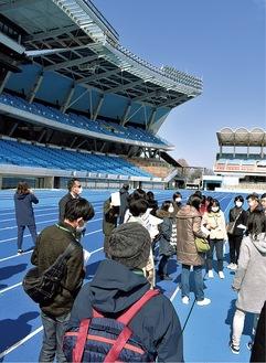 等々力競技場を見学する市民ボランティアら=今年2月