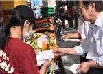 1店舗ごと、支援金を手渡す川連会長(右)