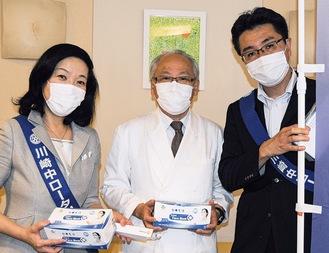 江島会長(中央)にマスクを手渡す萩原会長(左)と長谷山尚城幹事