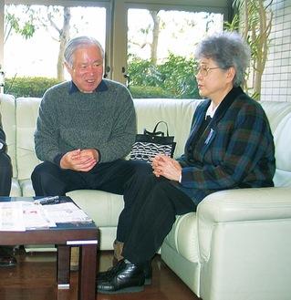 本紙の取材に応じる横田夫妻(05年)