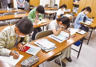 寺子屋で集中して勉強する生徒ら