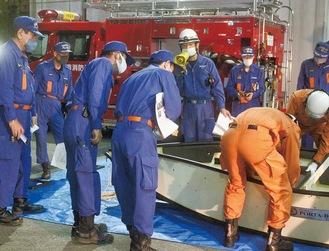 ボートの組み立て方法を学ぶ団員
