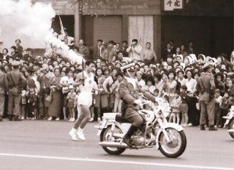 前回大会で川崎区を通過する聖火ランナー(神奈川県立公文書館所蔵)