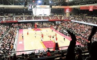 2300人以上の観客が集まり、熱気に包まれたメインアリーナ=10日