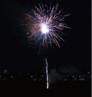 丸子橋近くの河川敷で午後8時ごろに打ち上げられた花火