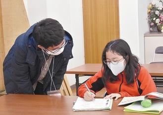 寺子屋先生と問題を解く生徒