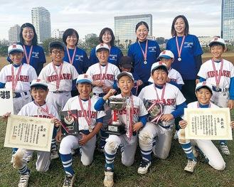 優勝を喜ぶ下小田中第一武蔵野球部メンバー