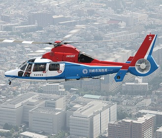 市内を飛ぶ消防ヘリ=市提供