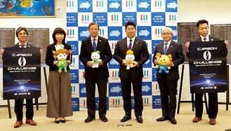 福田市長(右から3番目)と賛同事業者ら