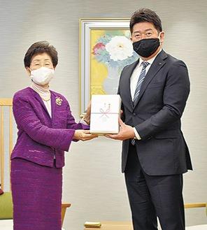 福田市長に目録を手渡す木下副社長(左)
