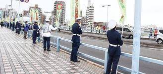 丸子橋で事故防止を呼びかける参加者
