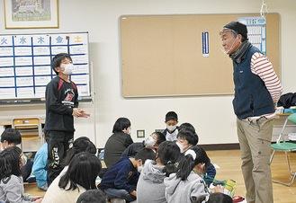 中本さんに質問する児童