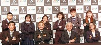 会見に臨んだ石川さん(前列中央左)と関係者ら