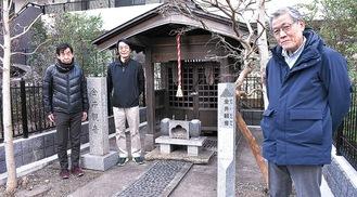 案内板を紹介する田村会長(右)とメンバーら
