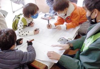 「安全マップ」を作成する児童ら