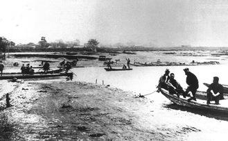 大正初め頃の「丸子の渡しの下流」。堤防が完成したのは昭和初期だった(提供:榎本幹雄さん/区制40周年記念写真集より)