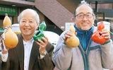 ひょうたんを手にする川島さん(右)と石川さん