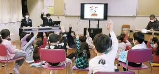 授業を受ける2年の児童