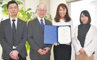 矢島社長とリーダーを務めた齋藤さん(中央右)とプロジェクトメンバーら