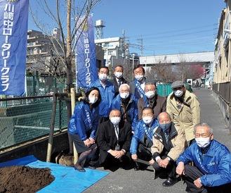 桜2本を植樹した参加者ら