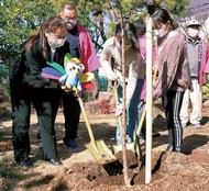 児童の成長願い植樹