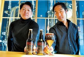 「黒に浮かぶ」を手にする(左から)岩澤さんと田上さん