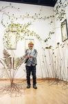 敏子賞を受賞したモリソン小林さんと作品「break on throug」