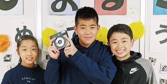 カメラを手にする児童ら