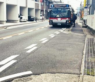 交差点手前で停車するバス(宮内のバス停)