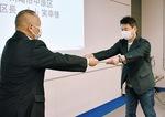 永山区長(左)から感謝状を受け取るNEC社員