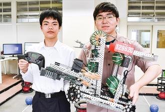 同校卒業生の伊藤さん(右)と在校生の市原さん