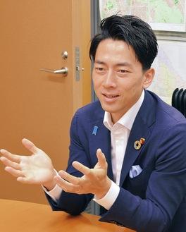 本紙のインタビューに応じる小泉進次郎環境大臣